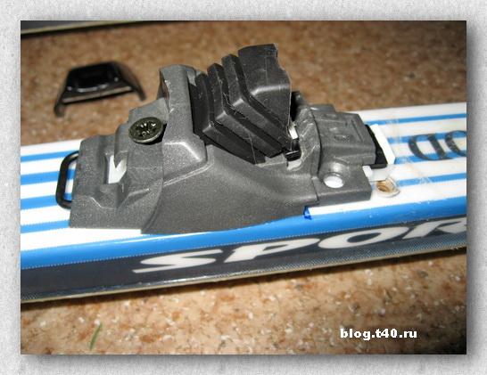 Место зажима стержня ботинка  в креплении расположено над ЦТ лыжи